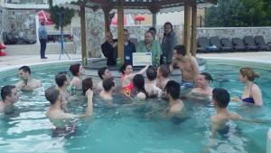 Ca sa incheiem cum trebuie o Adunare Generala, am programat o sesiune de discutii si in piscina termala :)